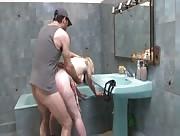 Video x Couple amateur dans la Salle de bain