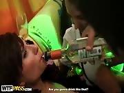 Jeunes filles saoules se font baiser