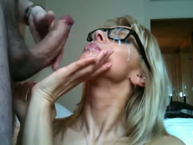 Mature ejac faciale sur les lunettes !
